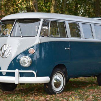 mooie zeeblauwe Volkswagen bus