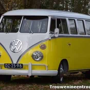 prachtige Volkswagen trouwbusje in de kleur geel