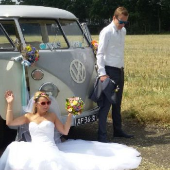 bruid en bruidegom bij grijs wit T1 spijllbus