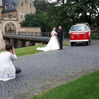 Volkswagen type t2 rood met wit busje trouwauto