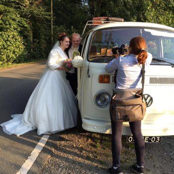 bruidspaar met de nostalgische witte Volkswagen bus