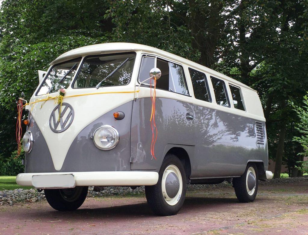 Mooie muisgrijze Volkswagen T1 spijlbus met klein achterraampje