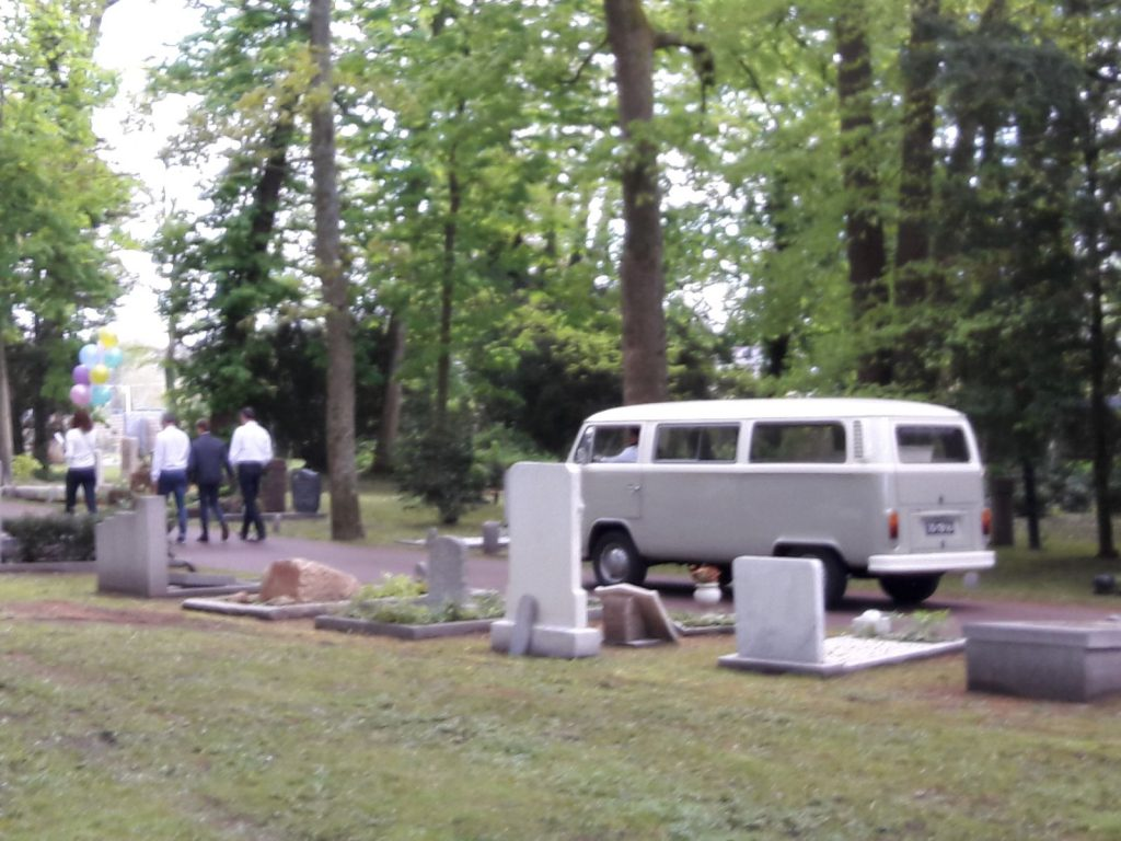 Rouwvervoer met een grijs wit Volkswagen busje