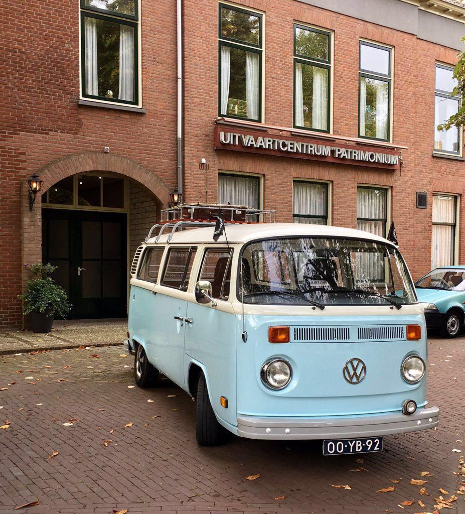 klassieke rouwauto Rouwvervoer met een Volkswagen busje