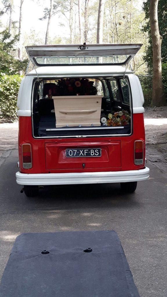 Rouwbusje met een rood wit Volkswagen busje