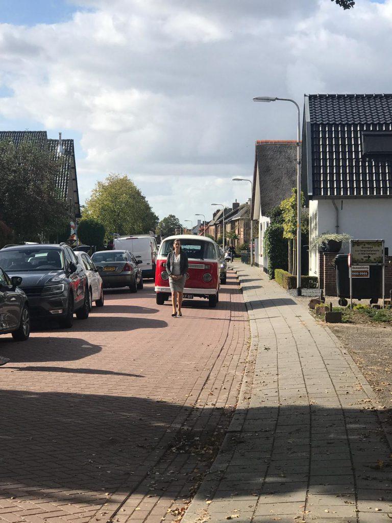 Bijzonder rouwvervoer met een rood wit Volkswagen busje