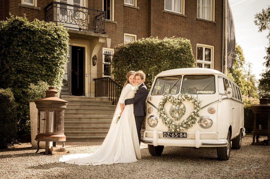 De mooiste witte volkswagen spijlbus als trouwvervoer