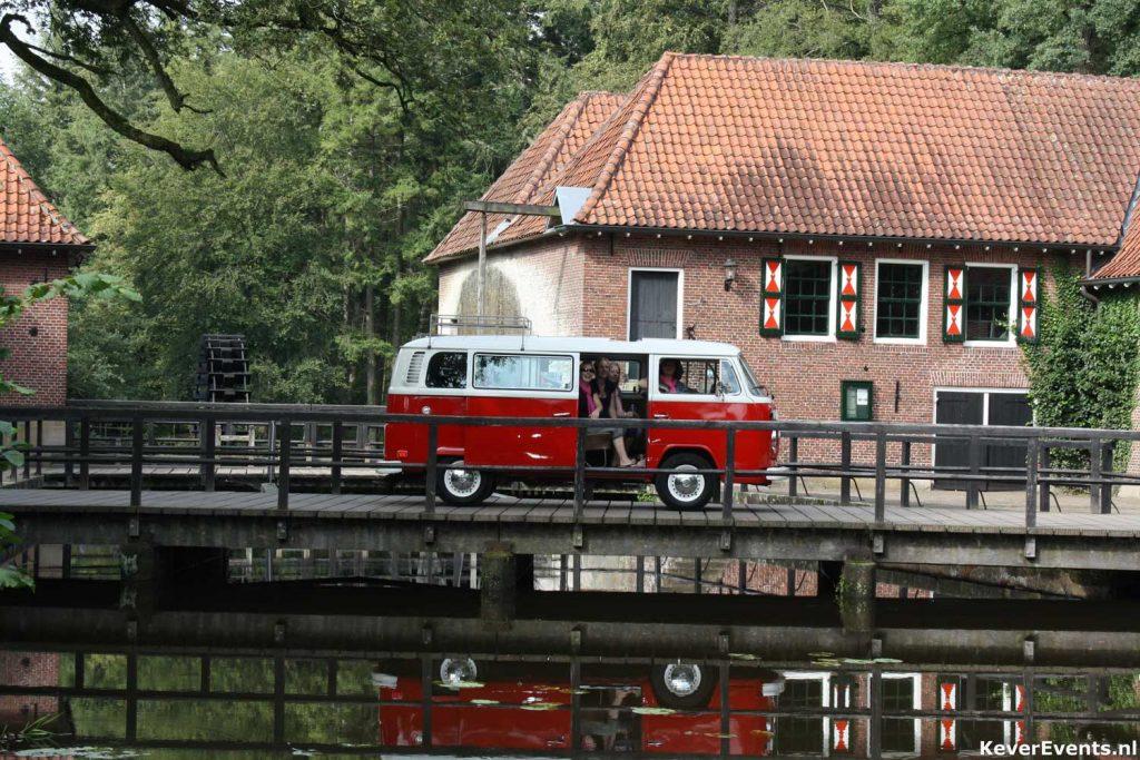gezinsuitje dagje toeren met een Volkswagen busje